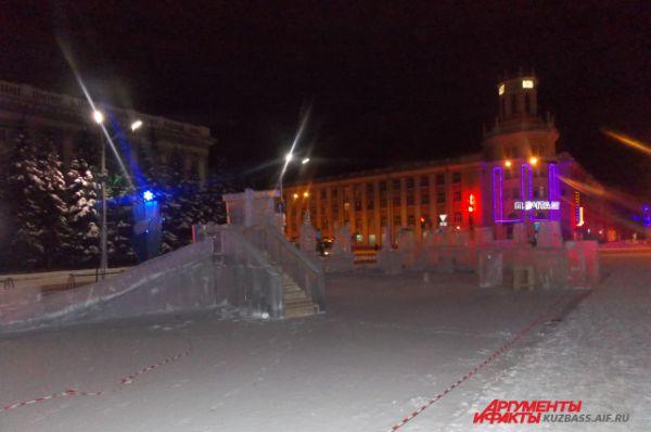 Строительство ледового городка на площади Советов.