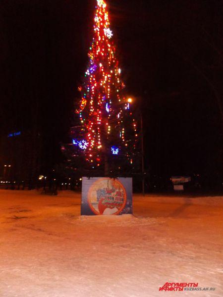 Вечером ёлка в парке им. Веры Волошиной выглядит совсем иначе.