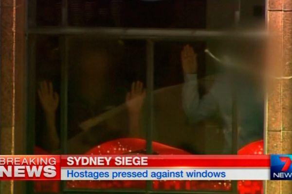 Террористы выдвинули требования. Сообщается, что они хотят встречи с премьер-министром Австралии Тони Эбботом.