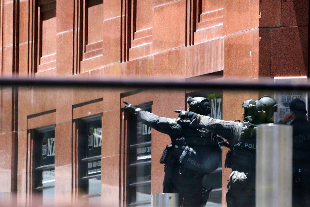 Полиция оцепила периметр в районе кафе. В близлежащих зданиях началась эвакуация. Из-за сообщения о подозрительном предмете также эвакуирован Сиднейский оперный театр, расположенный в нескольких сотнях метров от места происшествия.