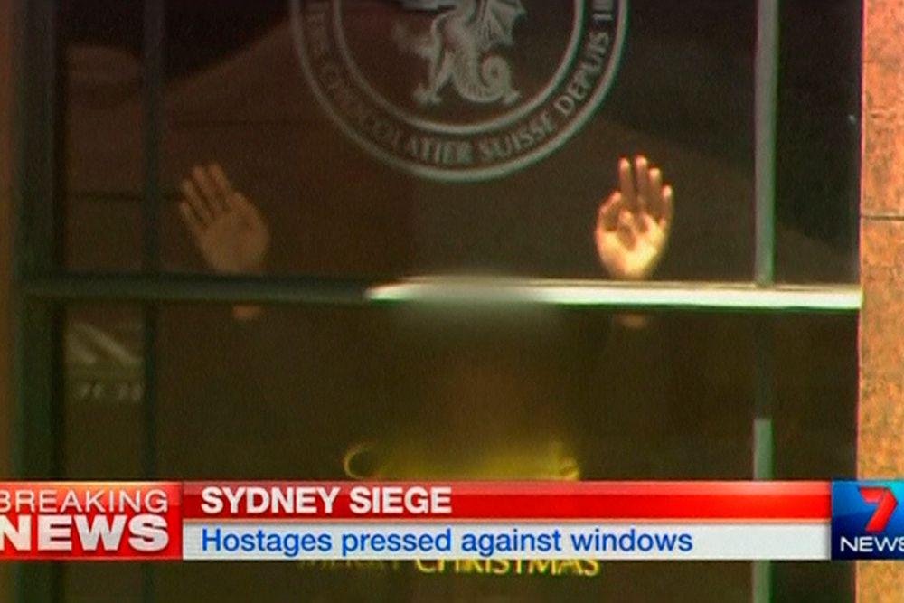 По некоторым данным, в плену у террористов могут находиться до 10 сотрудников кафе и 30 посетителей.