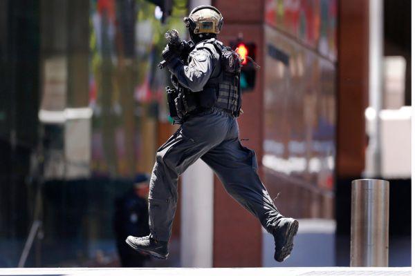Австралийский премьер-министр Тони Эбботт заявил, что ситуация вызывает «глубокую обеспокоенность». «Пусть австралийцы не сомневаются в том, что правоохранительные органы и службы безопасности хорошо подготовлены и оснащены всем необходимым. Они работают тщательно и профессионально», - сказал он. Эбботт добавил, что мотивы захватчиков неизвестны, но не исключил политического подтекста.