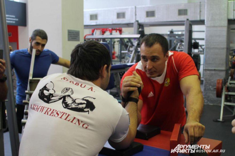 Известный спортсмен провёл мастер-класс  и показал упражнения для укрепления мышц.