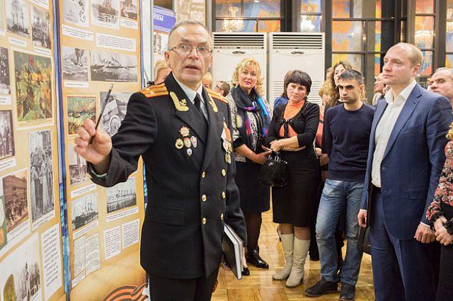 Министр Дальнего Востока Александр Галушка осматривает выставку.