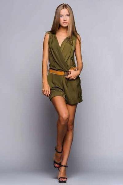 На выпускной бал в школу пришла в вечернем платье от харьковского дизайнера. Считает наряд своим талисманом, поэтому везде берет его с собой