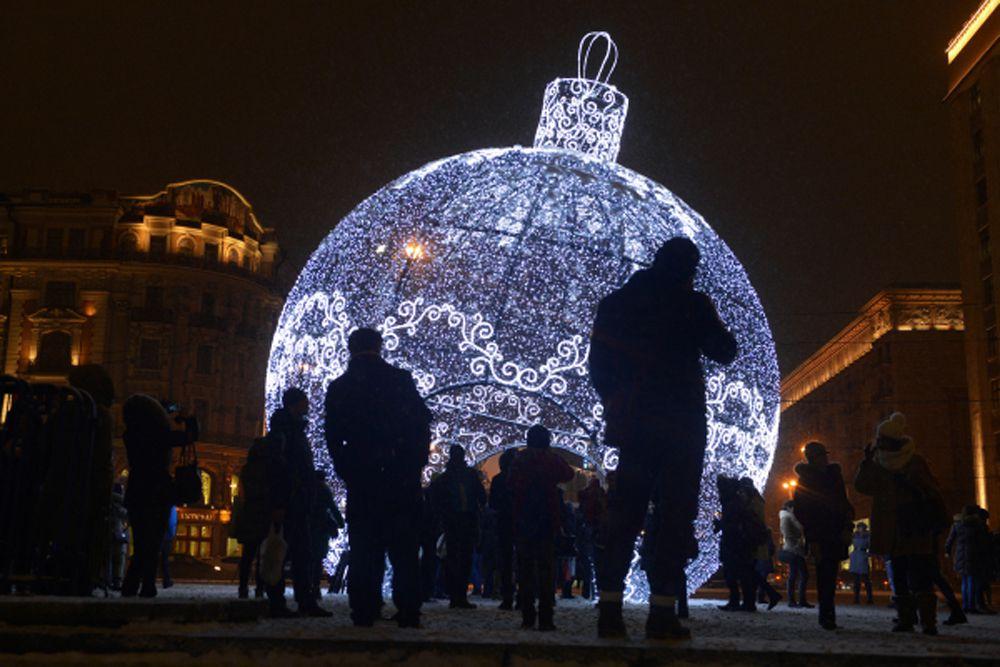 Гигантский елочный шар высотой 11, 5 метра на Манежной площади. На украшение шара, претендующего на место в Книге рекордов Гиннесса, ушло 9,5 км светодиодной гирлянды.