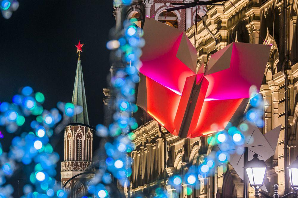 Новогоднее украшение на Никольской улице.