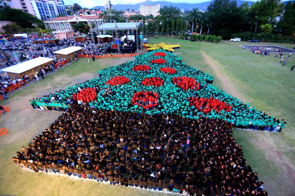 1 декабря 2014 года Гондурас создал «живую» елку и тем самым пытался побить рекорд Аргентины (аргентинцы в 2013 году попали в Книгу рекордов Гиннеса, поскольку создали самую большую елку из людей в мире)