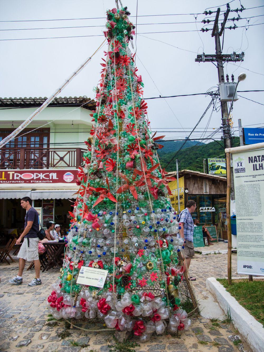 Бразильцы прямо на пляже установили новогоднюю елку, на создание которой потребовались пластиковые отходы
