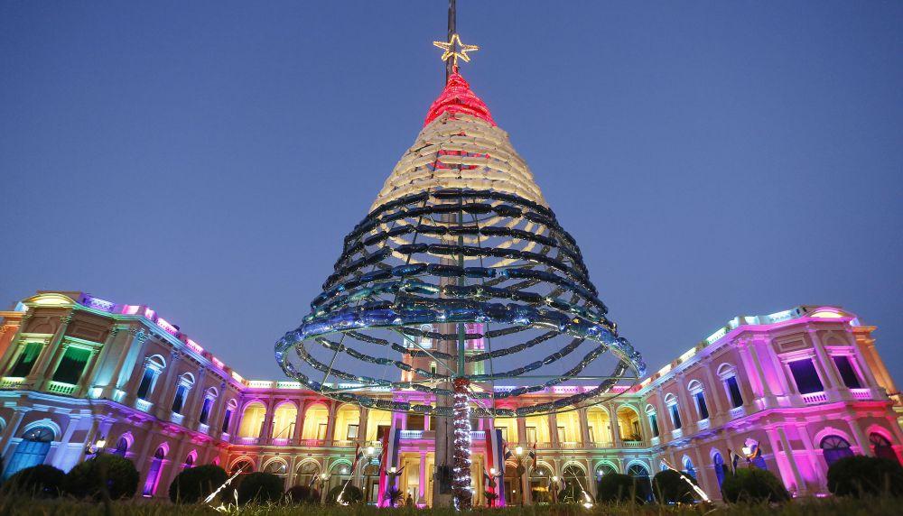 В столице Парагвая возле президентского дворца красуется рождественская елка из переработанных отходов. Каждый праздник ее осветляют цветными огнями