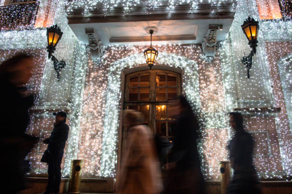 Новогодние украшения в центре Москвы.