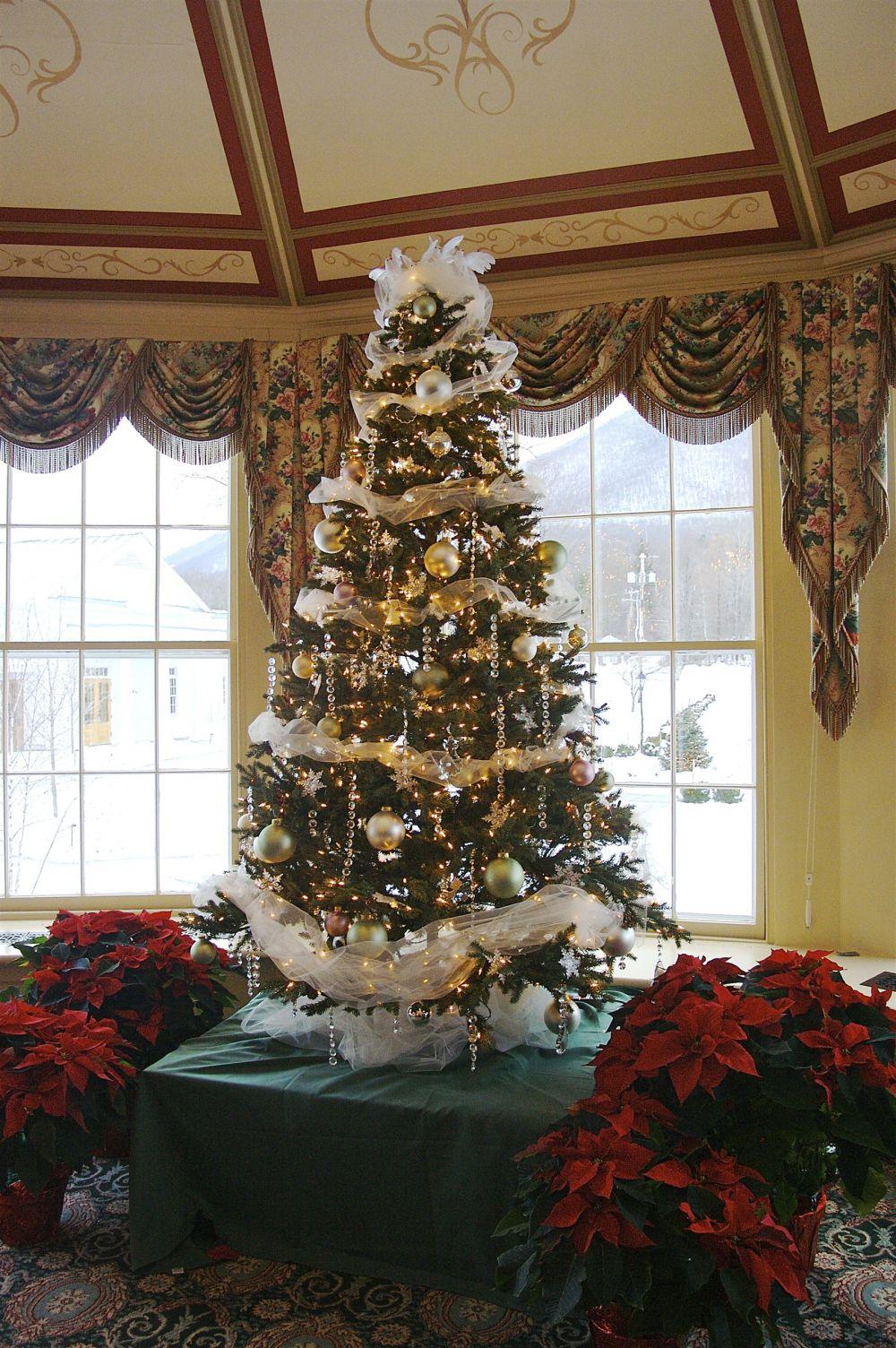 «Елка в стразах Сваровски». Новогоднее деревце украшается искусственными камнями – альтернативой известным кристаллам Сваровски. Не забудьте добавить ангелочков, звезды и шары под цвет вашей квартиры