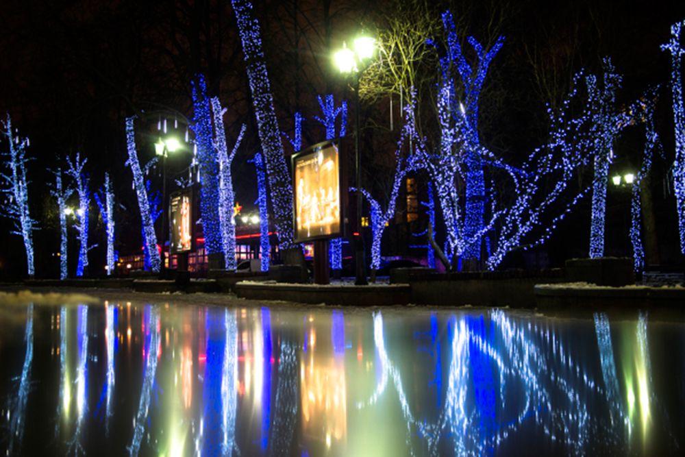 Новогодняя иллюминация в парке театра Сатиры.