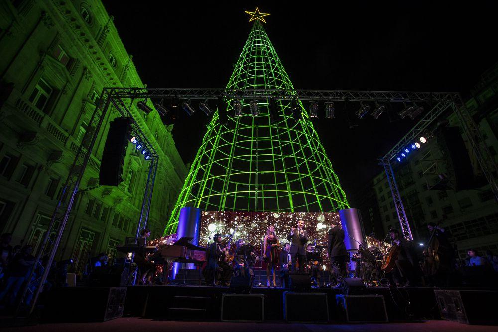 Искусственное дерево было оснащено HD LED-экранами, которые создавали виртуальную реальность