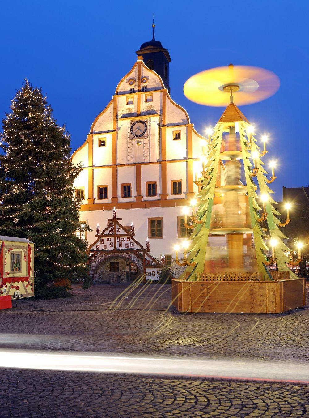 Немцы установили на рыночной площади в Гримме рождественскую елку в виде «летающей тарелки»