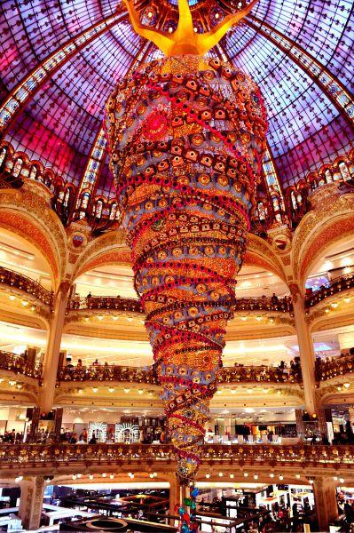 25-метровая новогодняя елка украсила торговый центр в Париже (Франция)
