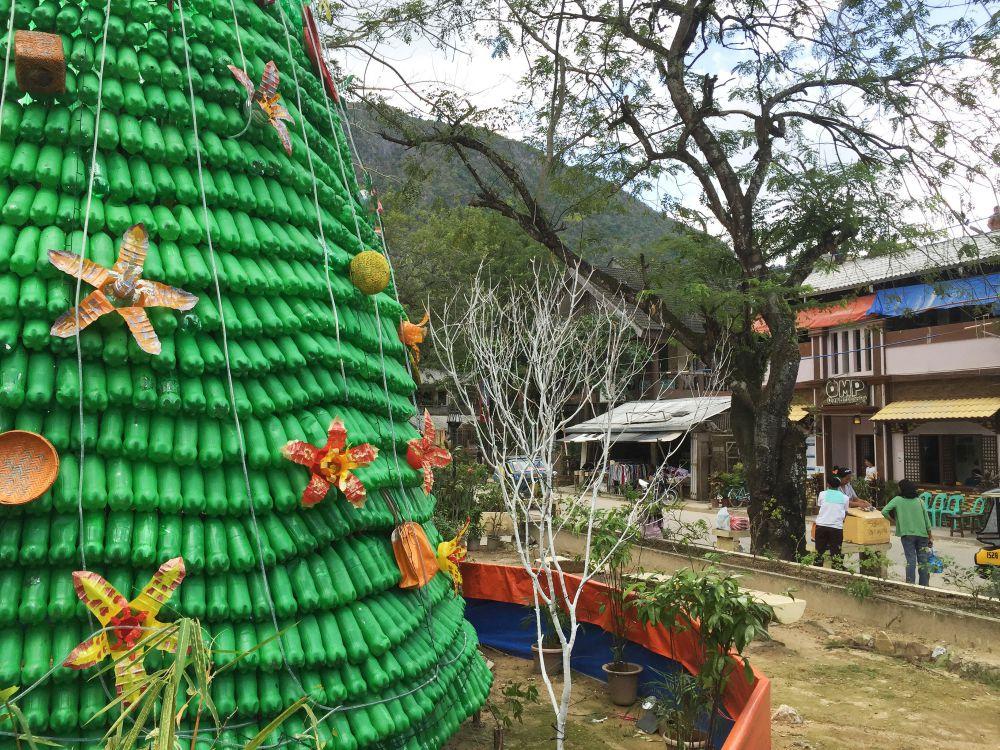 Большая рождественская елка из пластиковых бутылок была возведена в Эль Нидо на острове Палаван на Филиппинах