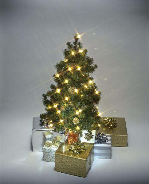 «Лаконичный блеск». Ясность в декор новогодней елки привносят свечи. Заметьте, что в качестве материала для украшения используются шишки, которых не убирали с дерева. Простая, лаконичная и в то же время довольно симпатичная композиция