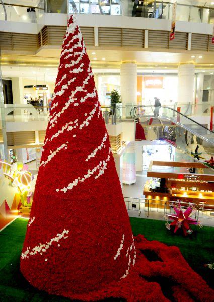 На эту красавицу потратили десятки тысяч красных и белых роз. Елка из цветов украсила холл торгового центра в Шэньяне (Китай)