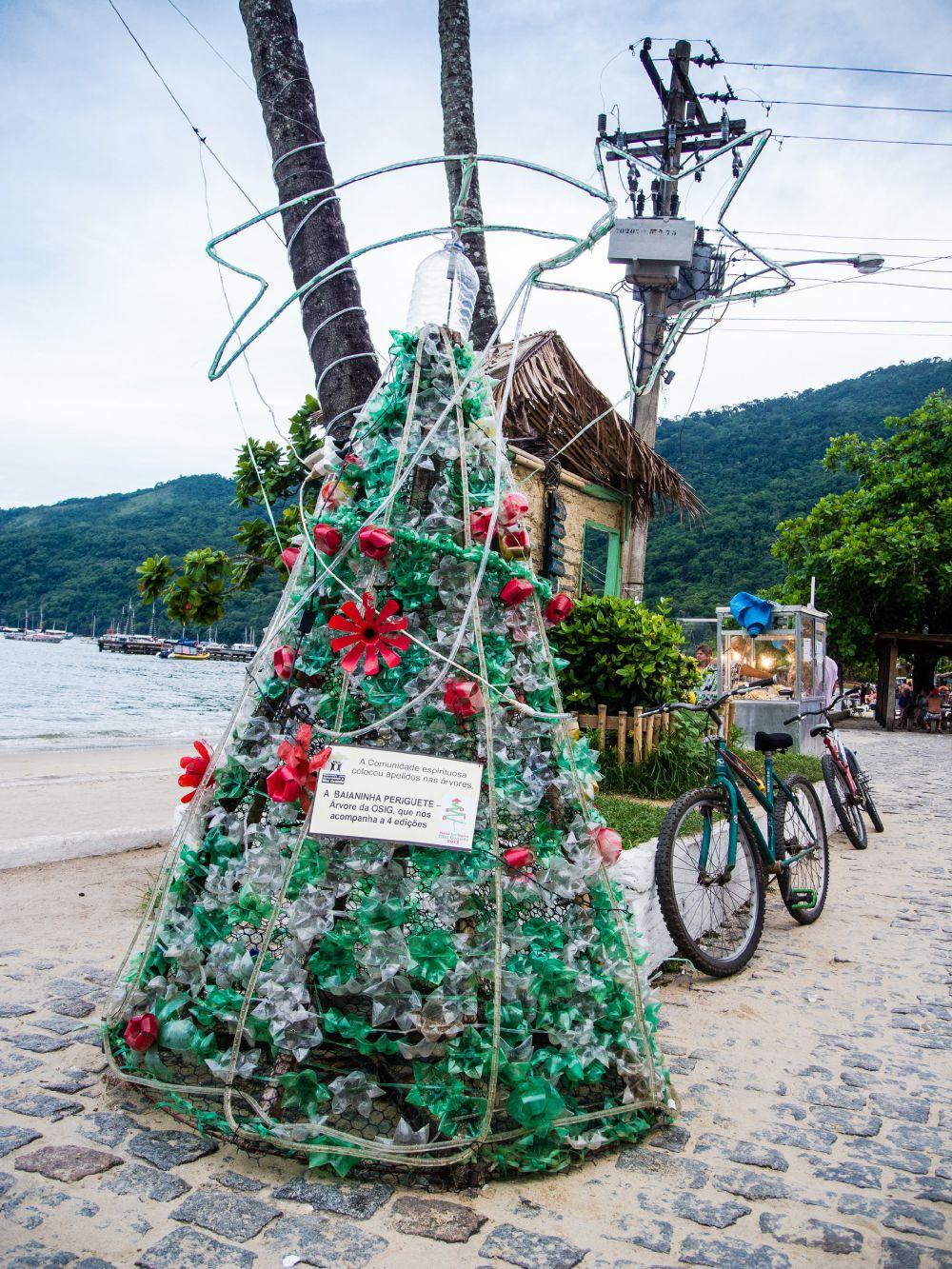 В январе 2014 года посетители пляжа в Илья-Гранди смогли полюбоваться разноцветной пластиковой елкой
