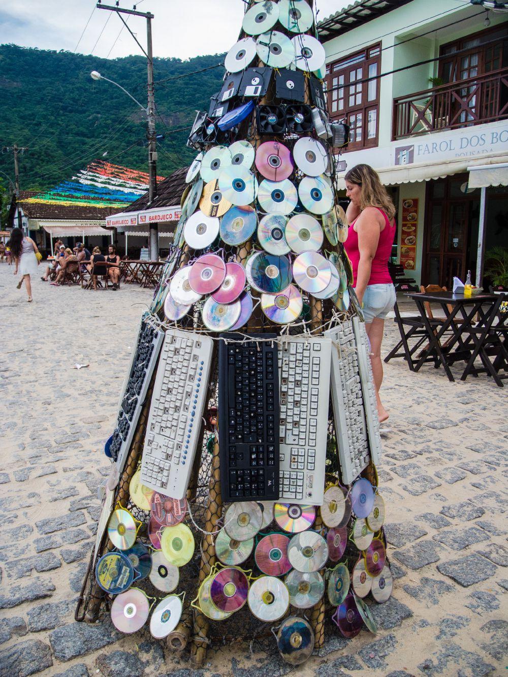 Экологическая рождественская елка из дисков, клавиатур и дискет появилась на одной из набережных в Рио-де-Жанейро (Бразилия)