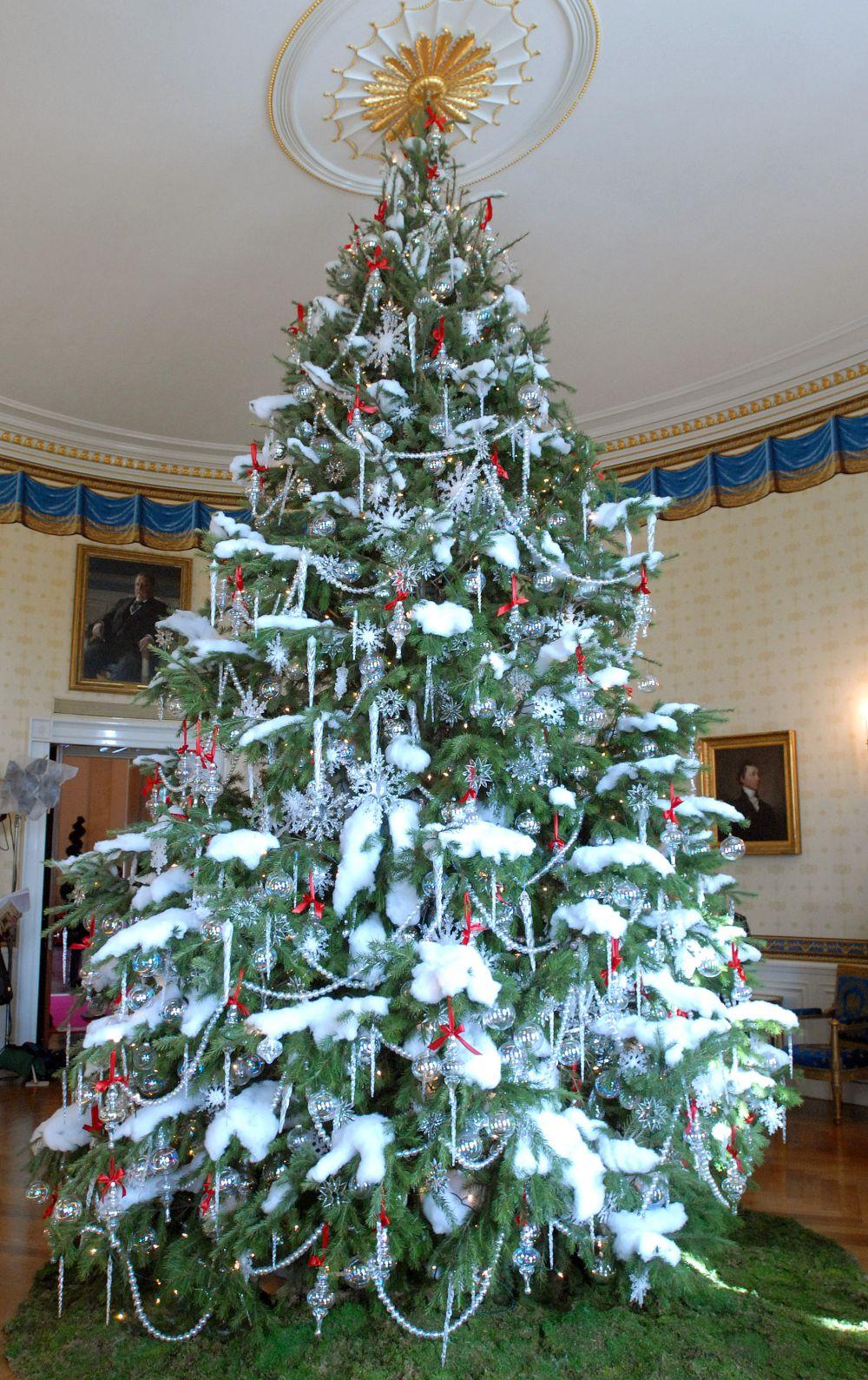 «Снежное очарование». Вспомните, как при дефиците товаров мы украшали елки с помощью ваты. В этом варианте декора новогоднего деревца руководствовались тем же принципом. Добавьте также большие белые бусины, нанизанные на нитки