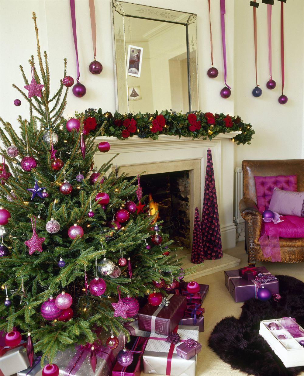 «Фиолетовый каскад». Всплеск всех оттенков фиолетового и розового цветов привнесут в празднование Нового года яркость. Цвет вдохновения и умиротворения. Используйте шары и звездочки для украшения новогоднего дерева. В таком же тоне выберите упаковочную бумагу для подарков