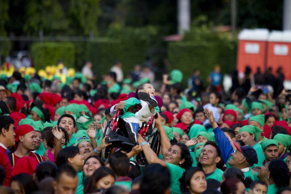 Рекорд удалось побить – за 6,28 минут активисты в количестве 2945 человек сформировали новогоднее деревце