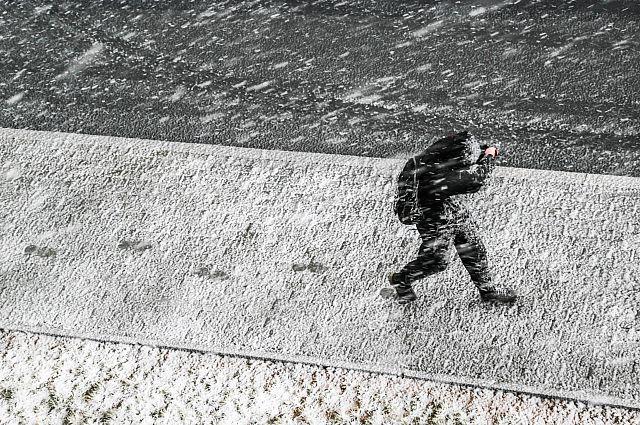 Снег и сильный ветер затрудняют движение во Владивостоке.