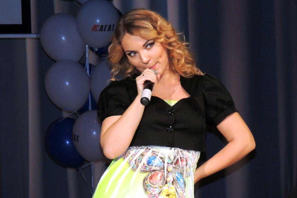 Мария Царева исполнила веселую песню на актуальную для конкурса тему беременности.