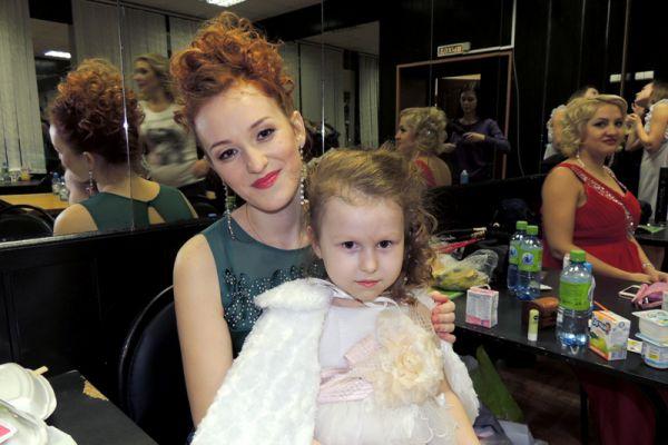 Екатерину Бугрову поддерживает 4-летняя сестра.