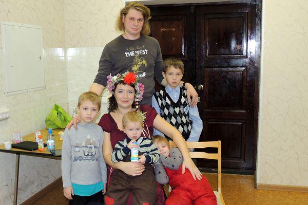 Анастасию Суворову поддерживает большая семья: скоро в ней появится шестой ребенок!