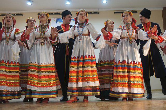 Выступление хора с национальным колоритом.