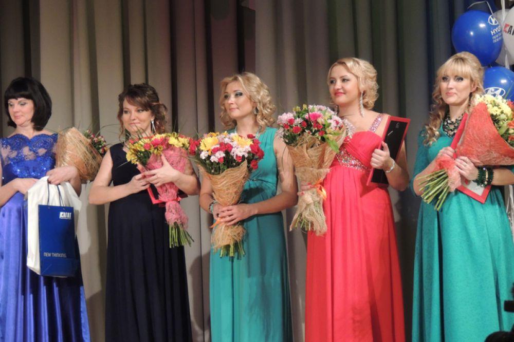 Всем финалисткам вручили цветы и памятные призы.