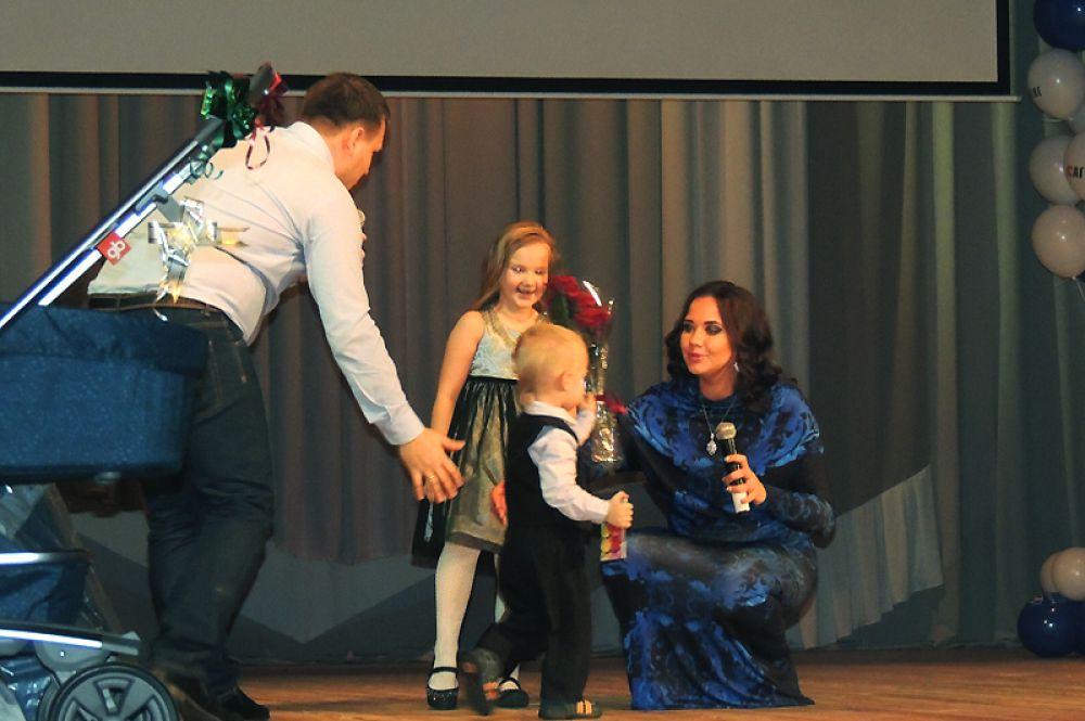 На сцене - семья Плотниковых.