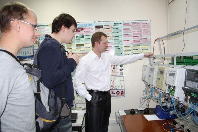 Будущим специалистам проводят экскурс в энергетику.