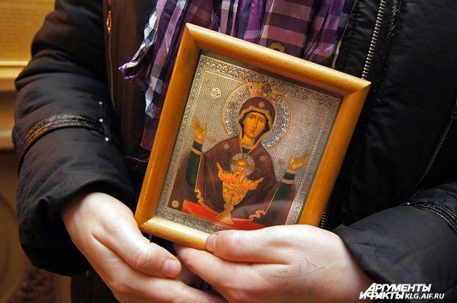 К калининграсдкой иконе «Неупиваемая Чаша» люди с зависимостью прибегают как к последней надежде.