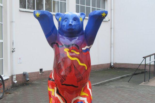 Фигуры Бадди уже установлены на их территории в Санкт-Петербурге и Екатеринбурге.