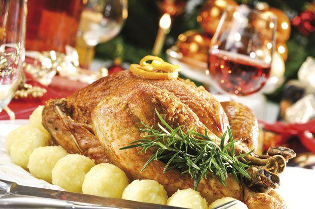 На Новый год на столе обычно много вкусной, но не здоровой еды.