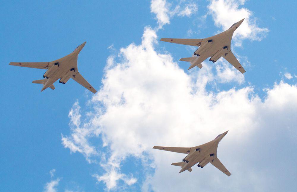 Первым американцем, побывавшем на борту Ту-160, стал министр обороны США Фрэнк Карлуччи, посетивший авиабазу в Кубинке в 1988  году. Пытаясь попасть в кабину самолета, он ударился головой о электрощиток. Впоследствии летчики стали называть его «щитком Карлуччи».