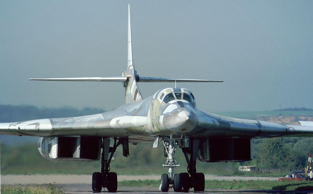 Ту-160 - самый крупный и самый мощный в истории военной авиации сверхзвуковой самолёт с изменяемой геометрией крыла, а также самый тяжёлый боевой самолёт в мире.
