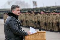Порошенко выступает перед украинскими военными.