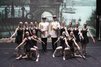 Воспитанницы детской школы искусств на сцене театра имени Горького.