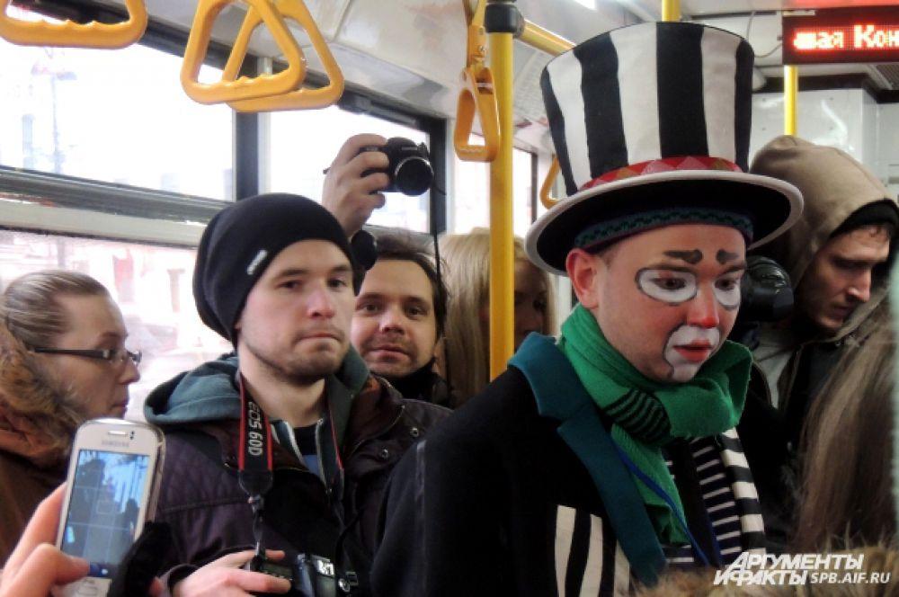 Клоуны развлекали пассажиров в троллейбусах.