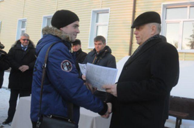 Губернатор лично вручил ключи от квартир сиротам.