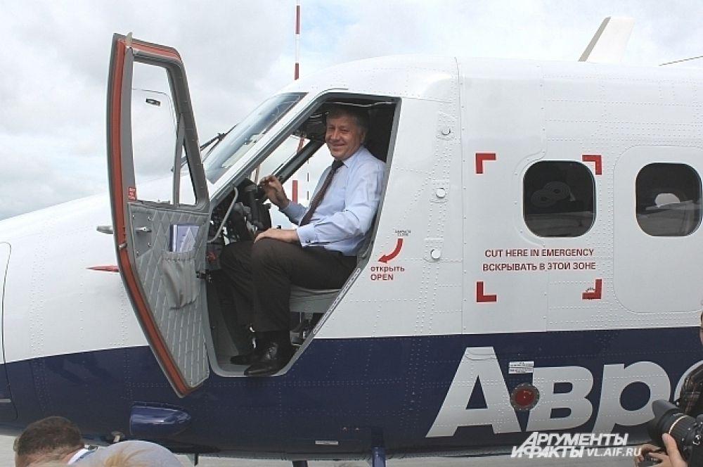 Во время приёмки самолёта вице-губернатору дали порулить.