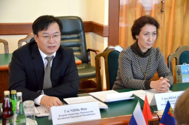 Господин Чэнь Фэн прибыл на встречу в сопровождении своей супруги.