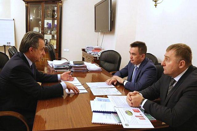 Во время встречи губернатора Приморского края и министра спорта РФ.