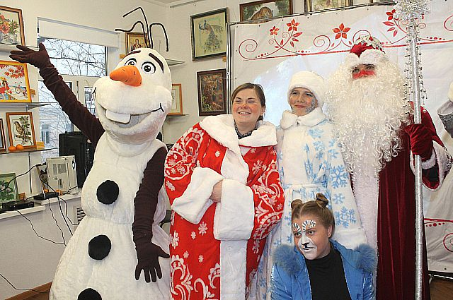 У Деда Мороза много помощников на празднике.
