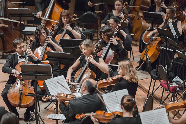 Оркестр Приморского театра оперы и балета исполняет Шостаковича.
